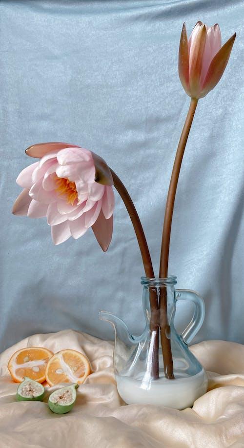 Krug Mit Blumen Gegen Graues Tuch