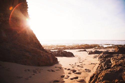 Ilmainen kuvapankkikuva tunnisteilla aallot, auringonsäteet, hiekka, hiekkaranta