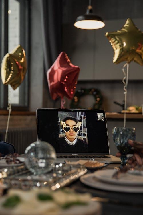 คลังภาพถ่ายฟรี ของ การพูด, การสนทนาทางวิดีโอ, การสื่อสาร, ของบนโต๊ะอาหาร
