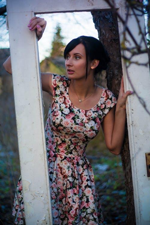 Základová fotografie zdarma na téma dáma, krásný, květinové šaty, model