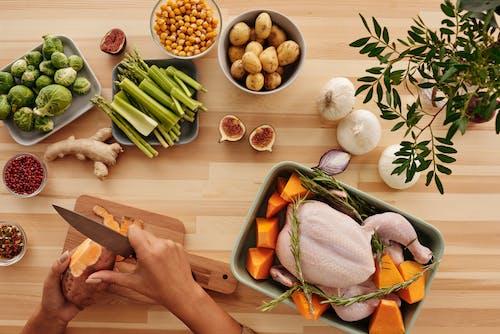 Geschnittene Karotten Und Zwiebeln Auf Braunem Holz Schneidebrett
