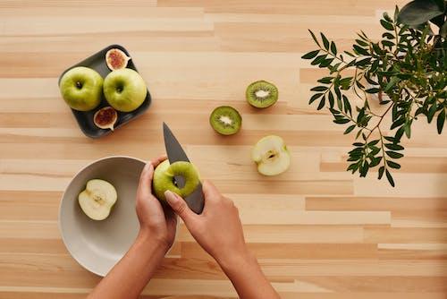Geschnittener Grüner Apfel Auf Weißer Keramikplatte