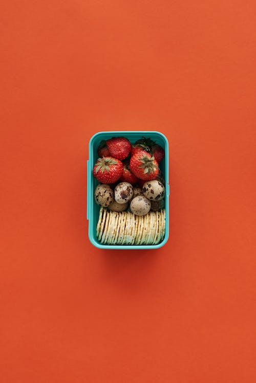 Erdbeeren Im Blauen Quadratischen Behälter