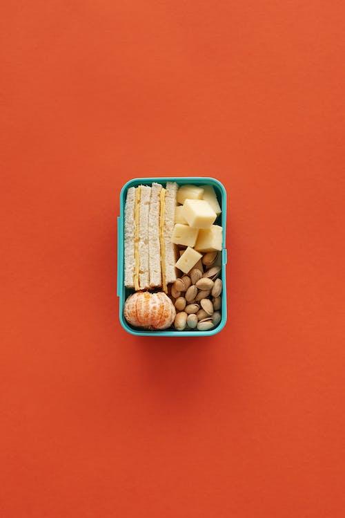 Braune Und Weiße Bohnen Im Blauen Plastikbehälter