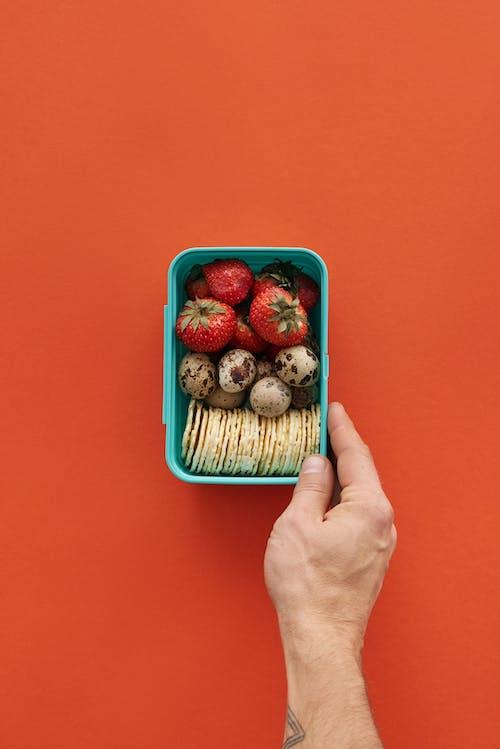 Rote Erdbeeren Im Grünen Plastikbehälter