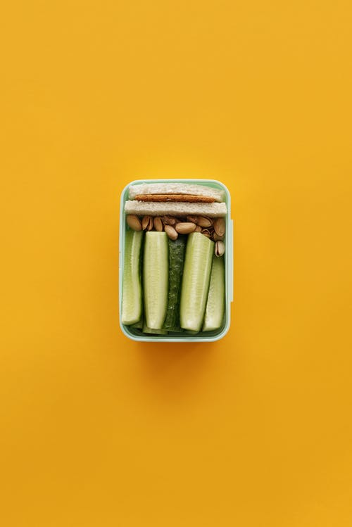Braunes Und Weißes Essen Im Gelben Behälter
