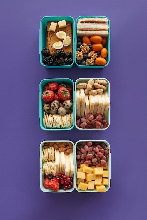 Geschnittene Früchte Im Grünen Plastikbehälter