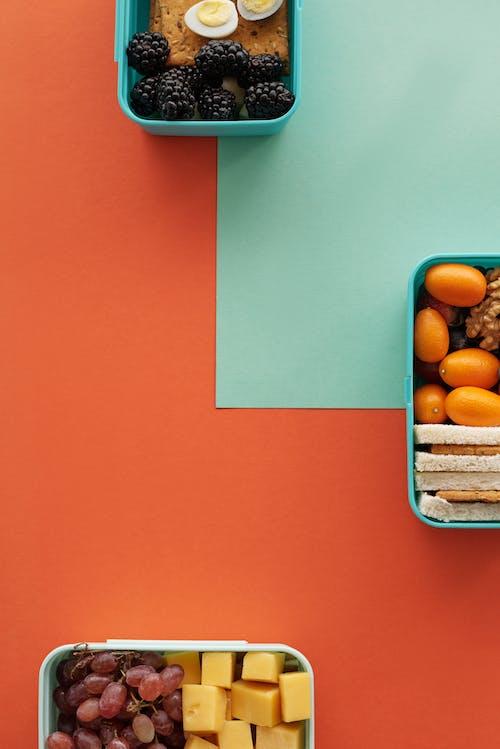 Orange Früchte Im Blauen Plastikbehälter