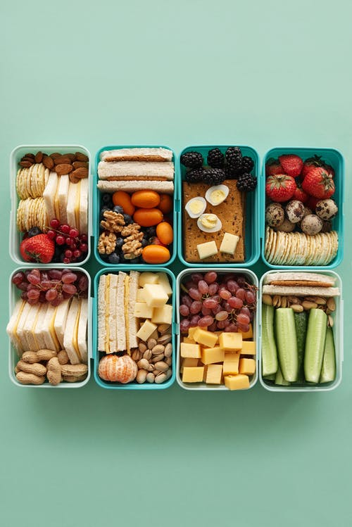 Verschiedene Früchte In Braunen Kunststoffbehältern