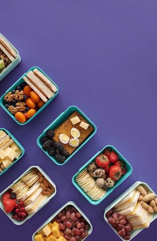 Verschiedene Lebensmittel In Weißen Kunststoffbehältern