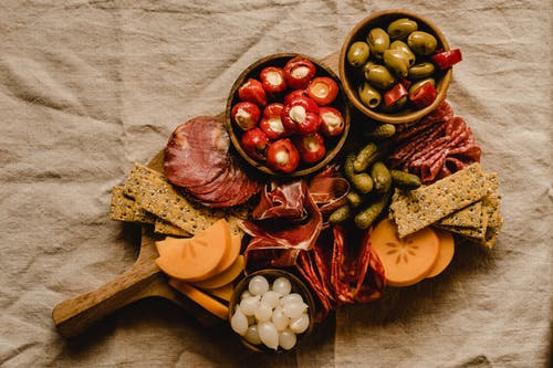 棕色木菜板上的红色和白色圆形水果