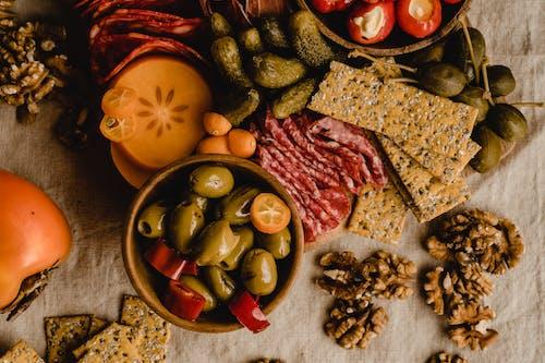 切成薄片的肉与蔬菜切成薄片的棕色木菜板上