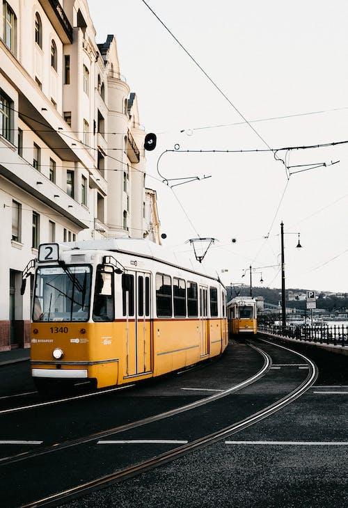 Gele En Witte Tram Op Straat