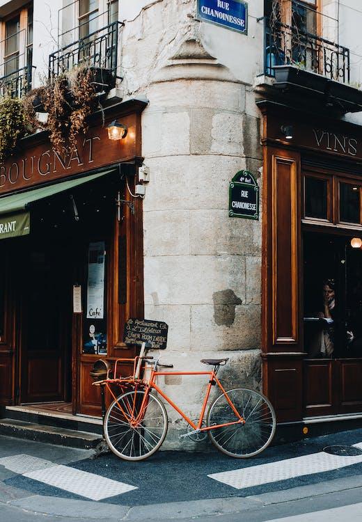 Vélo De Ville Rouge Garé à Côté De La Porte En Bois Marron