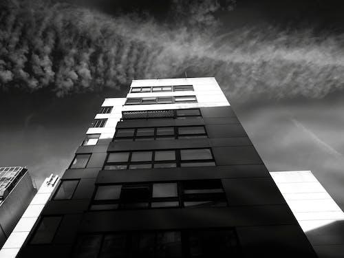Immagine gratuita di alto, architettura, bianco e nero, cielo