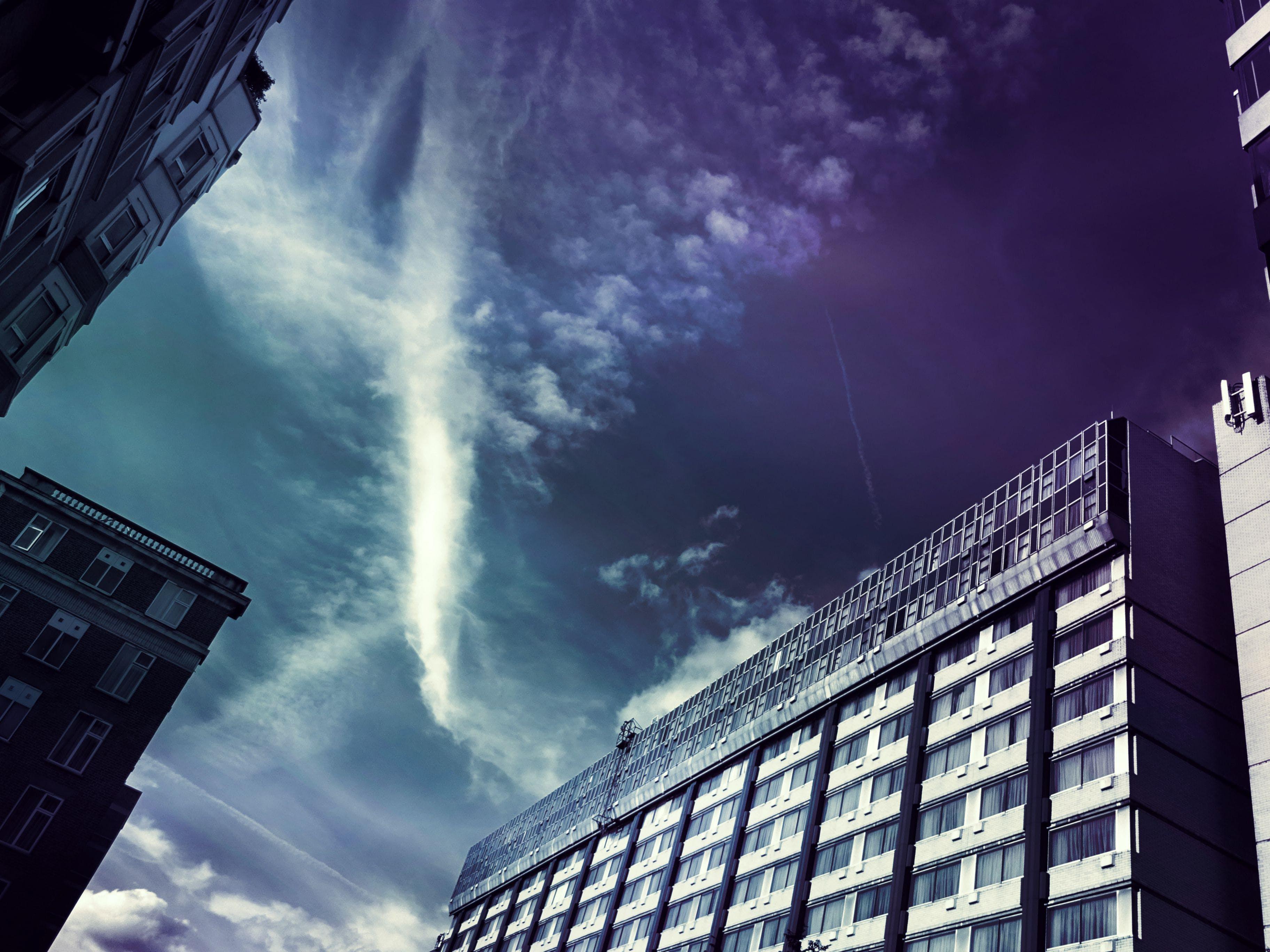 Darmowe zdjęcie z galerii z architektura, budynki, chmury, drapacze chmur