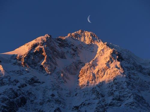 雪山の上の三日月