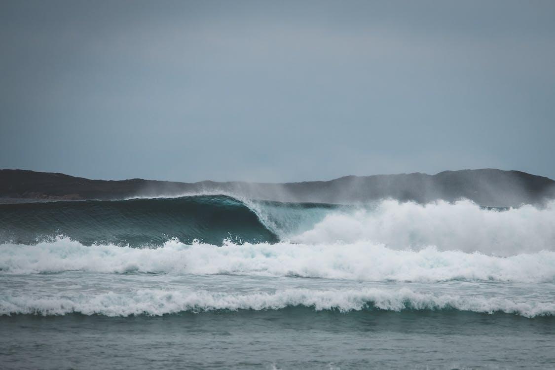 Stürmisches Meer, Das Gegen Wolkenlosen Himmel Winkt