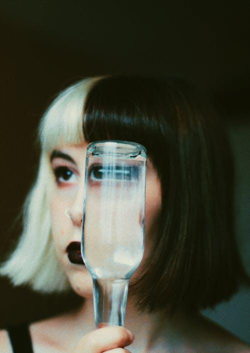 Wanita Dengan Botol Air Di Kamar