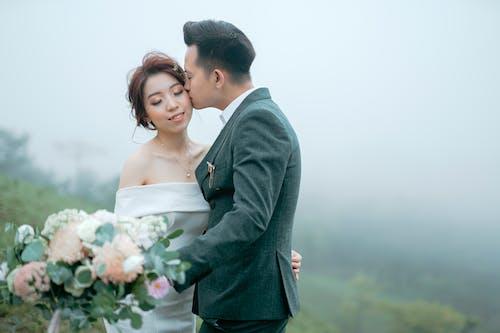 Kostenloses Stock Foto zu asiatisches paar, augen geschlossen, beziehung