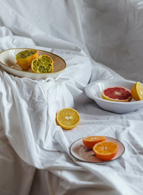 Verschiedene Saftige Zitrusfrüchte Auf Zerknittertem Stoff