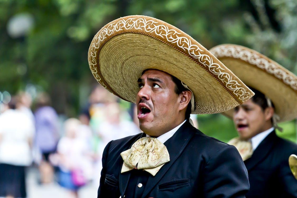 Мужской черный пиджак и коричневая традиционная шляпа