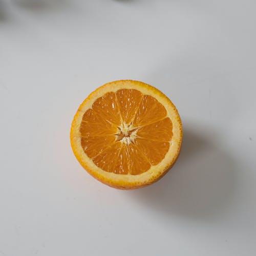 桌上橙色的一半