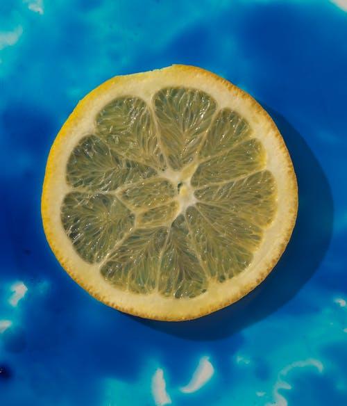 青い背景にレモンのスライス
