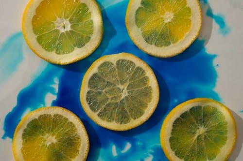 青と白の表面にレモンスライス