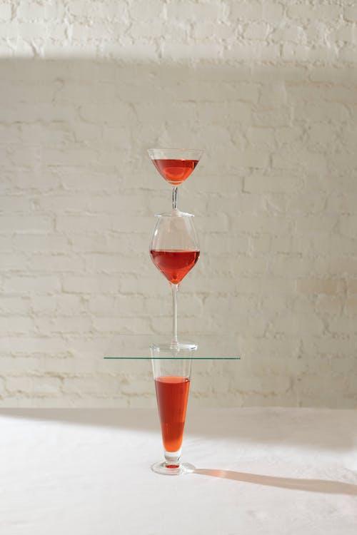 Torre Di Bicchieri Diversi Con Bevanda Rossa
