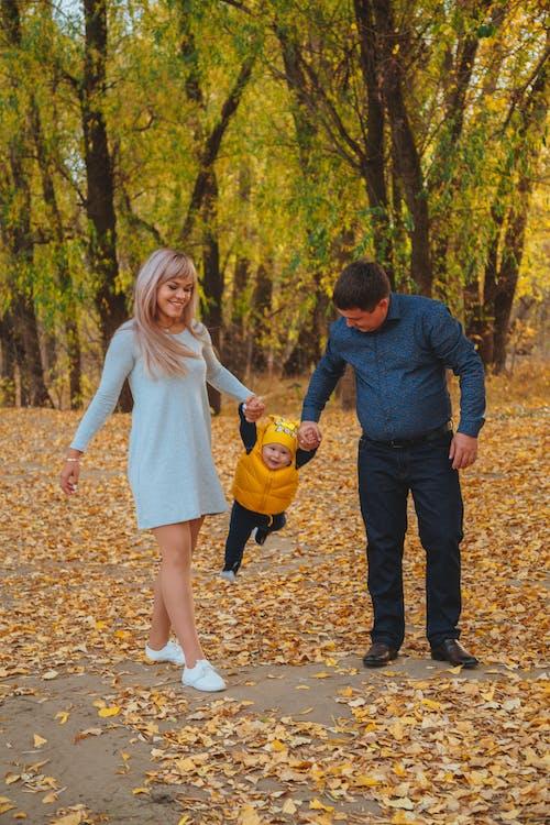 幸福的家庭,在秋天的公園散步