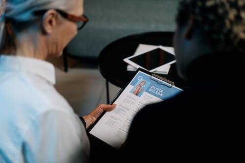 Homme En Chemise Blanche Portant Des Lunettes Encadrées Noires Livre De Lecture
