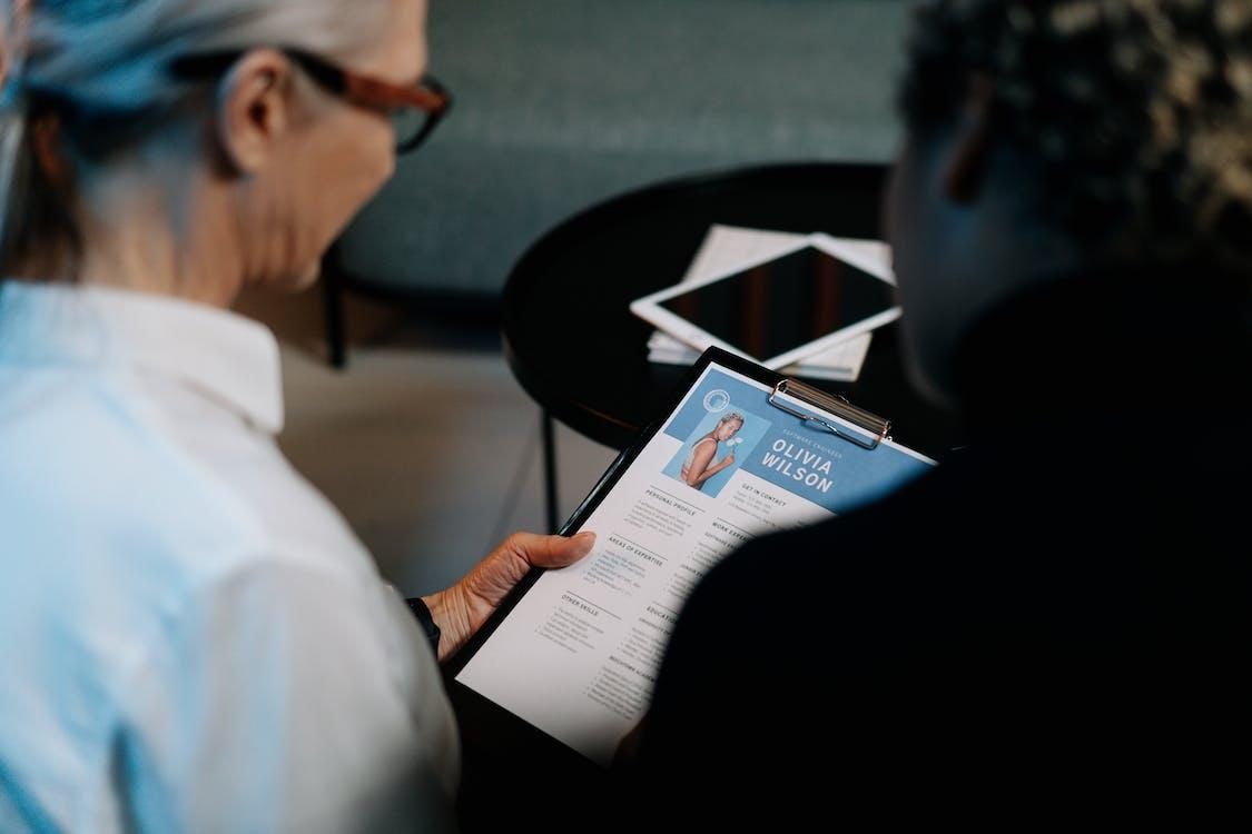 Hombre En Camisa De Vestir Blanca Con Libro De Lectura De Anteojos Enmarcados Negros