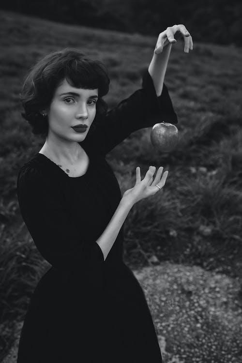 Ảnh Thang độ Xám Của Người Phụ Nữ Mặc áo Sơ Mi Dài Tay Màu đen Cầm Bóng