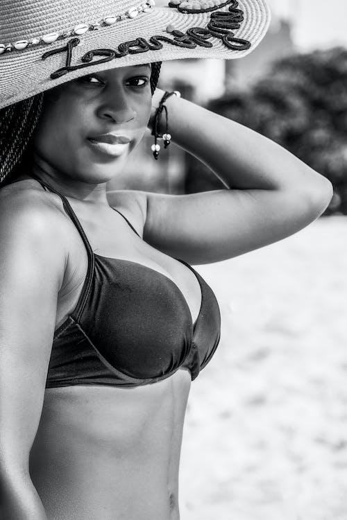 açık hava, afrikalı-amerikalı kadın, aksesuar, armoni içeren Ücretsiz stok fotoğraf