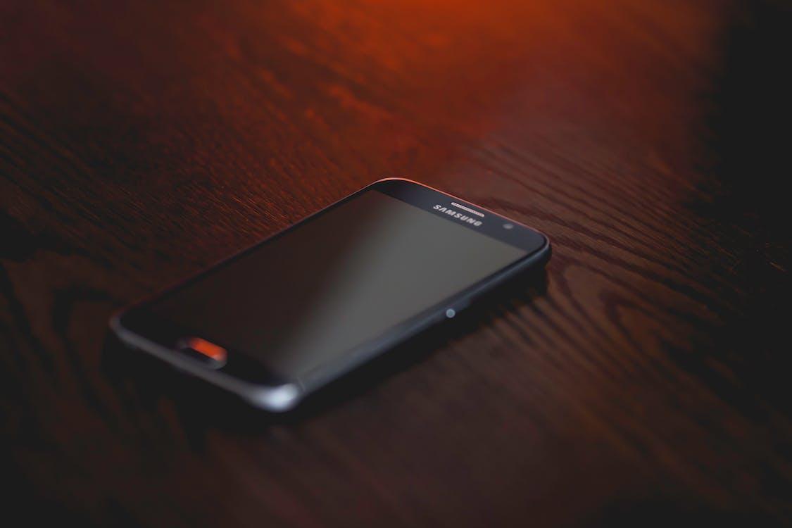 ahşap masa, akıllı telefon, ekran