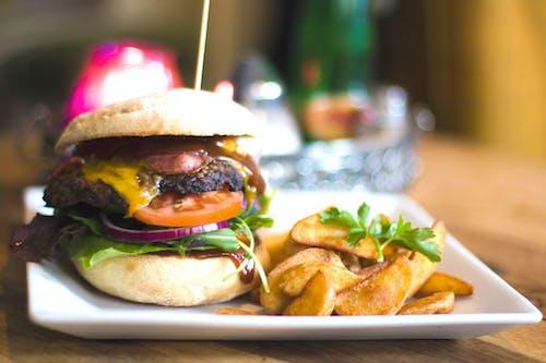 Imagine de stoc gratuită din burger, cartofi prăjiți, ceapă, cheeseburger