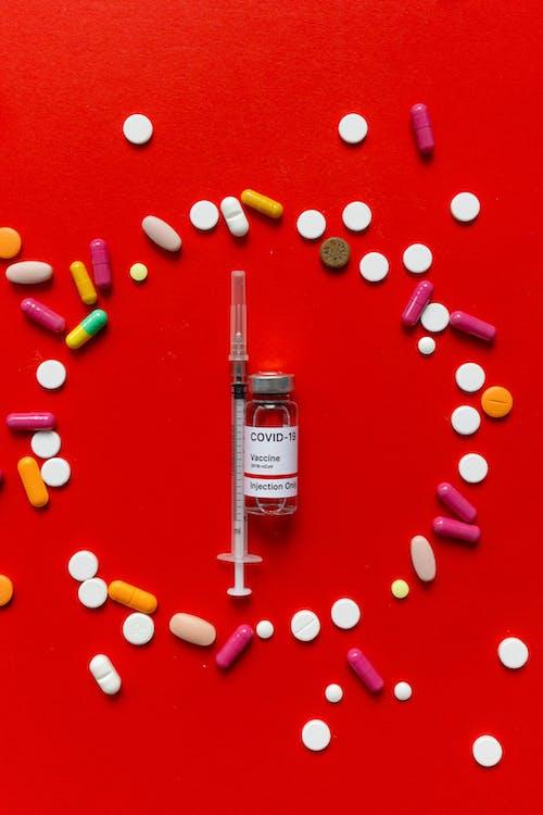 Darmowe zdjęcie z galerii z ampułka, covid szczepionka, czerwony