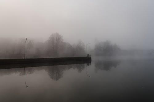 Безкоштовне стокове фото на тему «спокійна вода, туманний річка»
