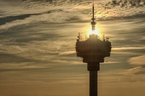 Безкоштовне стокове фото на тему «золоте сонце, телевізійна вежа, хмарне небо»