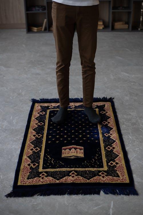 Persoon In Bruine Broek Staande Op Bruin En Zwart Karpet