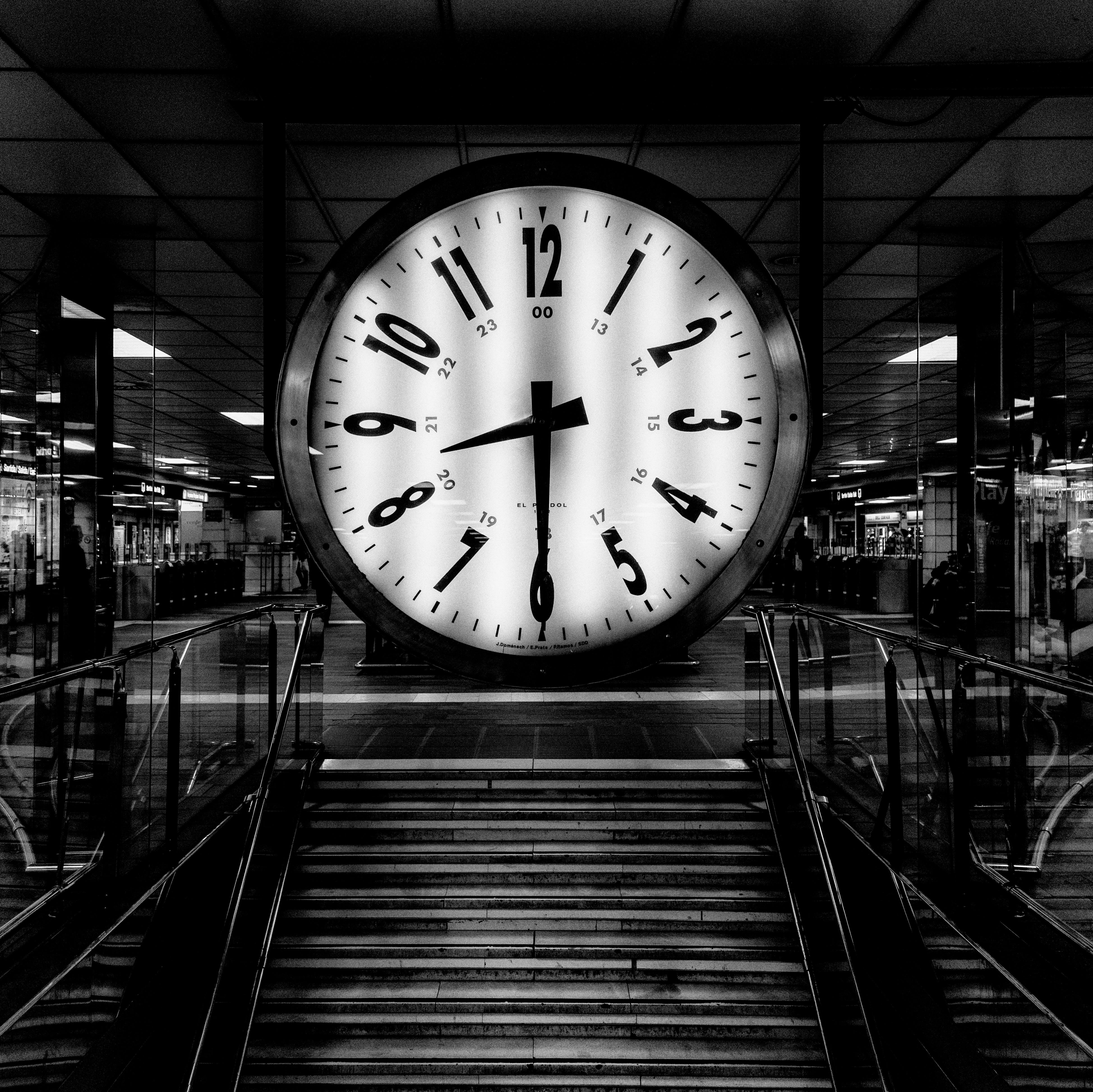 Безкоштовне стокове фото на тему «аналоговий, гігантські годинник, монохромний, цифри»