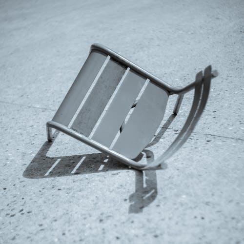 iskemle, kırık sandalye, siyah beyaz içeren Ücretsiz stok fotoğraf