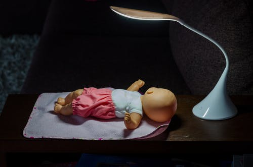 çocuk oyuncağı, doktor oynamak, Lamba, oyuncak bebek içeren Ücretsiz stok fotoğraf