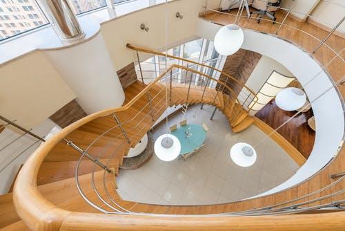 Escada Com Corrimão Em Apartamento Moderno