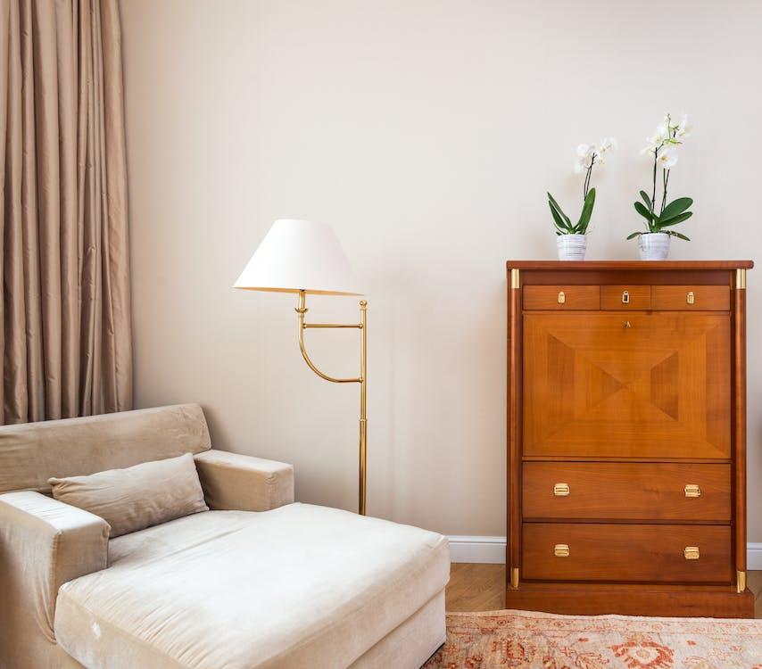 Idea para pintar de blanco una Acogedora esquina de habitación pintada de blanco hueso con un mueble blanco y un buró de madera
