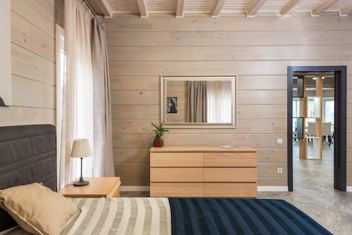 Cama En Dormitorio Moderno Con Muebles