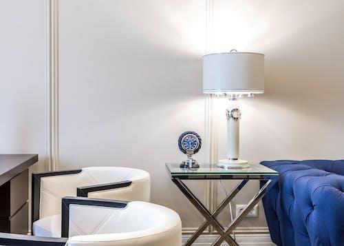 Lampe Sur Petite Table Dans La Chambre