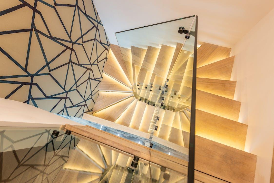 Escada Iluminada Com Corrimão De Vidro