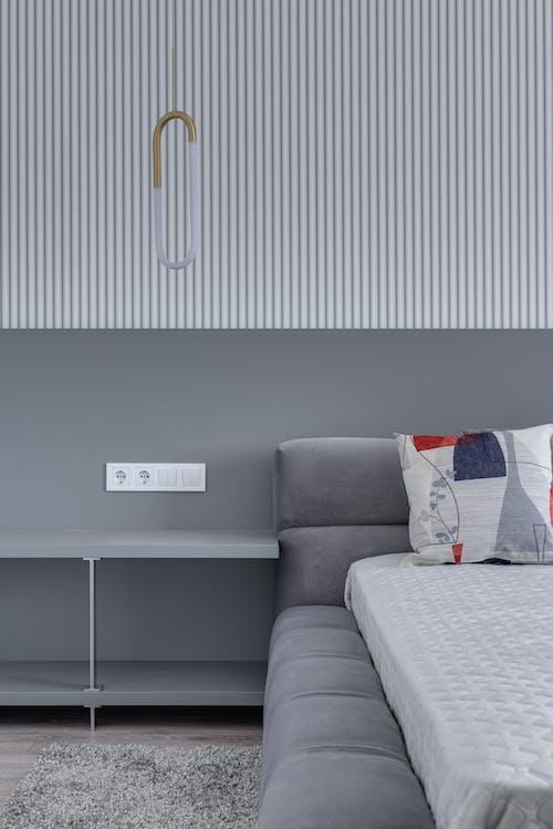 Moderne Möbel Im Gemütlichen Schlafzimmer Zu Hause